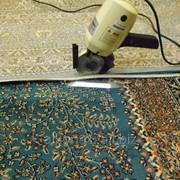 Обрезка коврового покрытия до заданного размера. фото