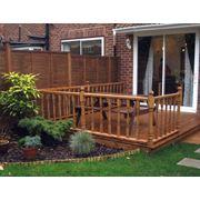 Вертикальное озеленение внутреннего дворика создание тенистого уголка. фото