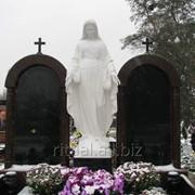 Установка статуи Богородицы на кладбище фото