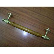 Ручка-скоба латунная с дубовой державкой и усиленным креплением фото