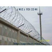 Заграждение козырек из колючей ленты егоза на бетонном заборе фото