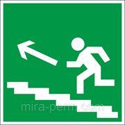 Направление к эвакуационному выходу по лестнице вверх фото
