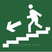 Направление к эвакуационному выходу по лестнице вниз фото
