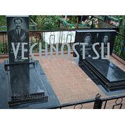 Памятники из гранита с благоустройством захоронения. фото