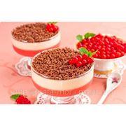 Десерт с красной смородиной и сливками фото