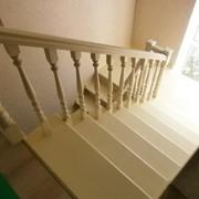 Закрытая дубовая П-обр.лестница Виктория на металлическом каркасе фото