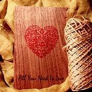 """Деревянная открытка """"Любовь- это все, что нужно"""" фото"""