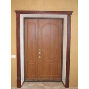 Двустворчатая деревянная дверь фото