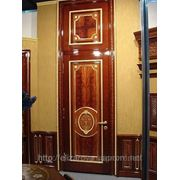 Дверь с резьбой и маркетри. фото