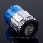 Мини насадка на кран синего свечения поток воды. фото