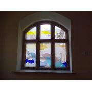 Деревянное арочное окно из массива сосны с витражом фото