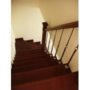 Лестница комбинированная Г-образная в плане с деревянными проступями и комплектующими из нержавеющей стали.Ограждение выполненно тонкими телескопическими стойками из нержавеющей стали.