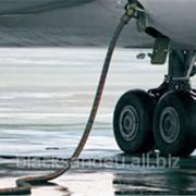 Авиационный керосин, или авиакеросин, служит в турбовинтовых и турбореактивных двигателях летательных аппаратов не только топливом, но также хладагентом и применяется для смазываения деталей топливных систем фотография
