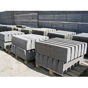 Камни бортовые бетонные (бордюр) фото