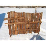 Деревянный забор под старину. фото