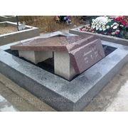 Надгробные памятники и мемориальные доски. фото