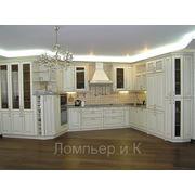 Кухня классическая с деревянными фасадами и декором