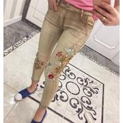 Женские стильные джинсы с цветочной вышивкой фото