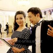 Ведущие Мейржан и Эльмира на казахском и русском языках фото