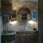 Кухонный деревянный гарнитур с подчеркнутой теплотой дерева фото