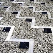 Мозаичный пол мраморная крошка нанесение мозаичного покрытия пола наливка полов фото