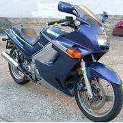 KAWASAKI ZZR 250 Ninja без пробега по украине мотоцикл ввезён из Австрии полностью растаможен (февраль 2012). Украинский тех. паспорт. дополнительно (входит в цену) комплект почти новой резины. недостатки: царапины (левый пластик) ублюдская