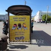 Реклама на боковой поверхности остановочного павильона фото