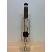 Подарочная бутылка, перевязанная шпагатной нитью с сургучной печатью фото