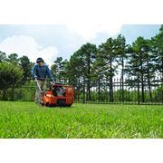 Аэрация газонов (прокалывание дернины) услуги по уходу за садом газоном фото