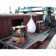 Обслуживание грузов в порту фото