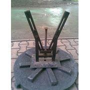 Запорное/замковое устройство/клапан запорный для крышек канализационных люков полимерно-целлюлозных фото