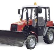 Трактор МТЗ Беларус 320 с коммунальным отвалом и щеткой фото