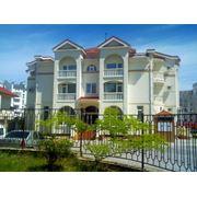 """Отель """"Атриум King`s Way"""" находится в Севастополе в районе бухты Омега в 400 м. от берега моря. Рассчитан на 17 номеров: 4 люкса 4 полулюкса 9 стандартов. Дополнительно: сауна кафе-бар конференц-залы парковка фото"""