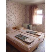 В номерах «Комфорт» - класса имеются кровати тумбочки шкаф с зеркалом холодильник ТВ кондиционер сан узел и душ. фото