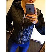 Женская стеганая черная куртка демисезонная с меховыми рукавами и капюшоном (батал) фото