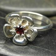 Серебряное кольцо с цветком сакуры и драгоценным камнем гранатом фото