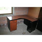Столы угловые с тумбой и выдвижной панелью для клавиатуры фото