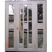Двери из натуральной древесины двухстворчатые. фото