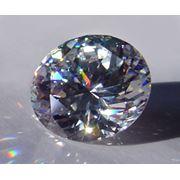 Кубический цирконий Фианит стабилизированная кубическая окись циркония (СКЦ или КЦ) имеет показатель преломления 217-218 т. е. близкий к алмазу 2.42 поэтому на глаз трудно различить эти два минерала. фото
