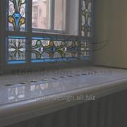 Мраморный подоконник с отверстиями для поступления теплого воздуха батареи. Материал: Крема Марфил (Испания) фото