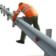 Установка барьерного ограждения дорожного и мостового фото