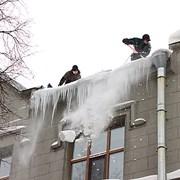 Уборка снега наледи промышленными альпинистами фото