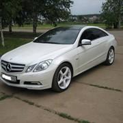 Автомобиль Mercedes-Benz E-200 Cgi белый фото