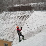 чистка снега с кровли фото