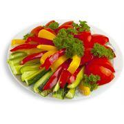 Ассорти из свежих овощей и зелени (помидоры, огурцы, перец, лук)