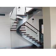 Лестницы на косоурах производство изготовление на заказ фото