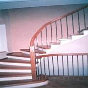 Одномаршевая лестница с нижними забежными ступенями и поворотом на 90 градусов фото