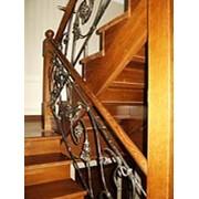 Лестница деревянная с кованным ограждением фото