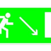 Эвакуационный знак, код E 07 Направление к эвакуационному выходу направо вниз фото