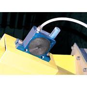 Пневматические вибраторы роликового или шарикового типа применяются в качестве встряхивающего устройства для исключения залипания или зависания дозируемого материала. фото